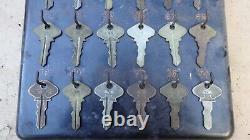 Vintage Modèle T Ford Numéro De Clés Display Original 24 Vraie Ford Keys Script